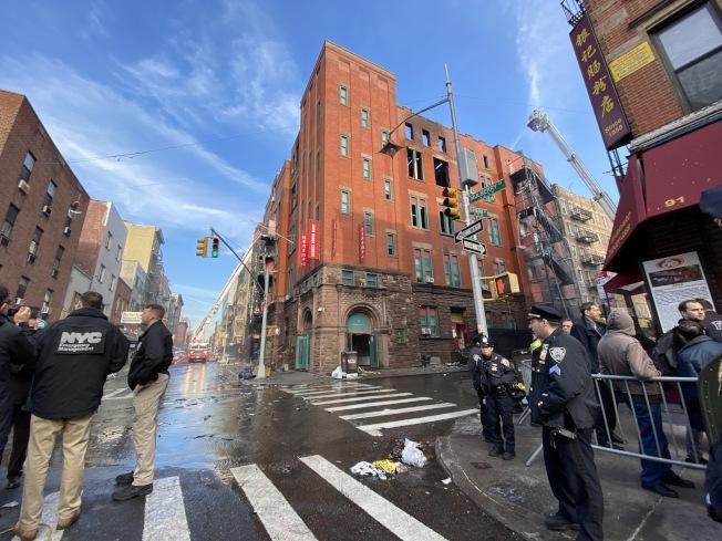 24日下午失火樓宇仍然高危,禁止人出入。(記者金春香/攝影)