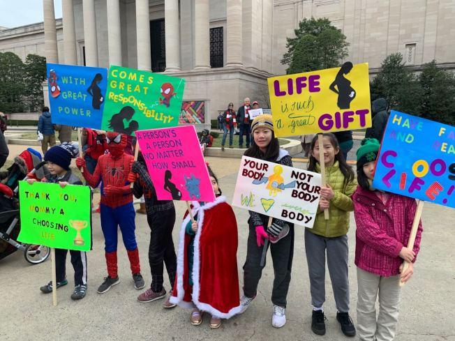 來自新澤西的史黛芙妮同先生羅斯帶著五個孩子來到華盛頓特區參加集會,孩子們盛裝打扮,高舉自製標語反對墮胎。(記者張筠 / 攝影)
