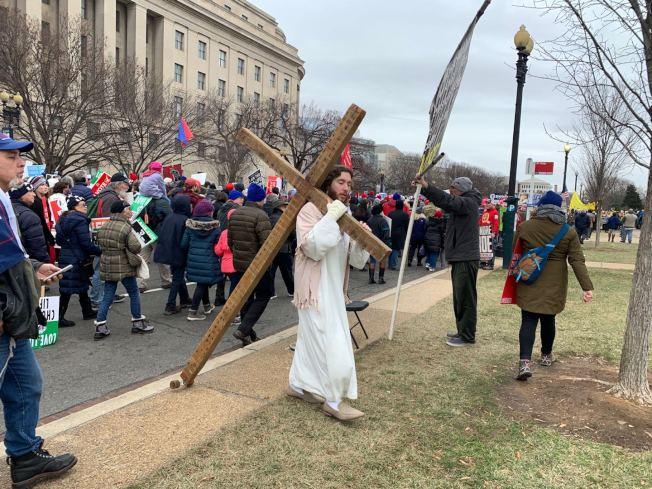 反對墮胎的宗教團體參與遊行。(記者張筠 / 攝影)