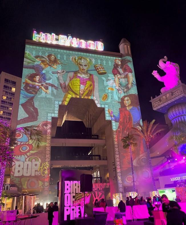 小丑女侵佔好萊塢?華裔女導演閻羽茜指導超級英雄電影「猛禽小隊」海報映射在好萊塢廣場高墻上。(記者馬雲/攝影)