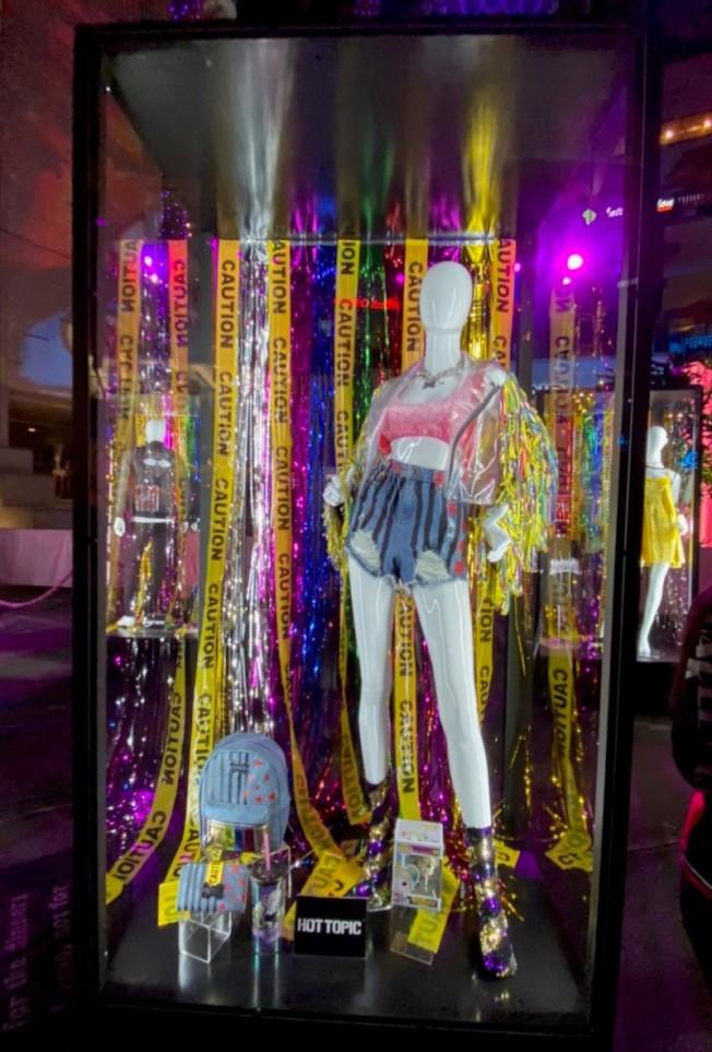 片中角色服裝在好萊塢廣場展出三天。(記者馬雲/攝影)