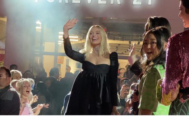 出演小丑女的著名女星瑪格羅比也出席揭幕儀式,向粉絲招手。(記者馬雲/攝影)