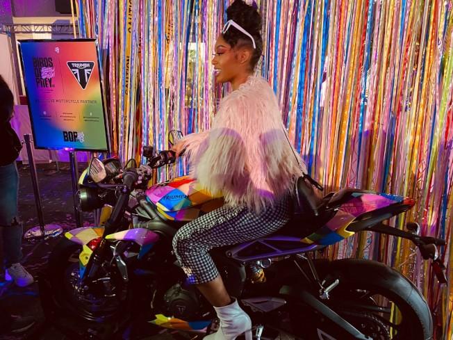 粉絲可以在片中的彩色摩托車上拍照。(記者馬雲/攝影)