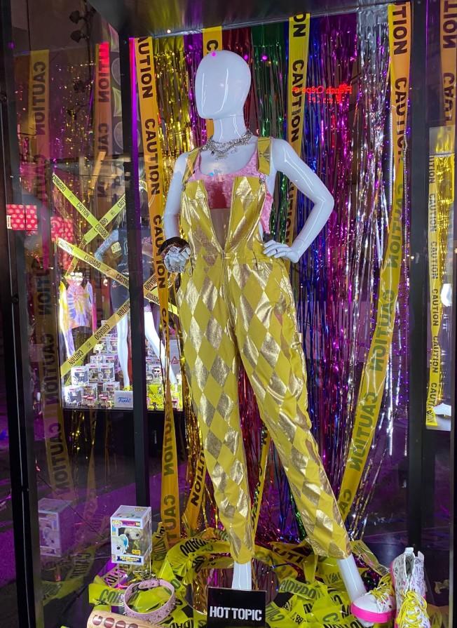 小丑女服飾在好萊塢廣場展出三天。(記者馬雲/攝影)