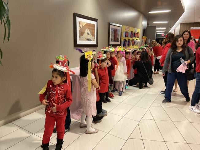 哈岡學區的小學生們排隊等候表演。(記者謝雨珊/攝影)
