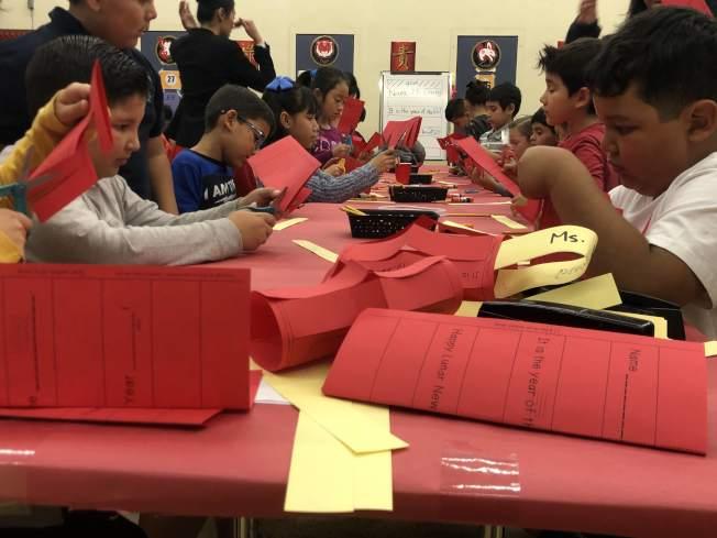 蒙特利公園市Bella Vista小學孩子們,製作紅燈籠。(記者王若然/攝影)