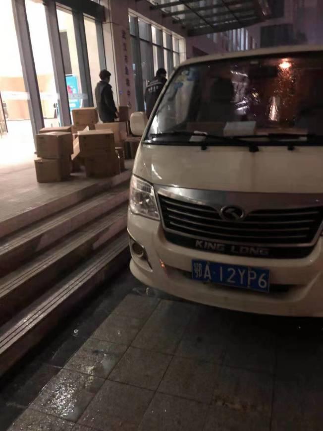 此前華人眾籌的首批醫用用品已郵寄到武漢醫院,但後續捐贈如何進入武漢最前線,華人正在努力解決。(市民徐江涵供圖)