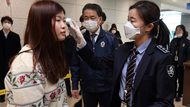 航機旅客接受體溫檢測。(Getty Images)