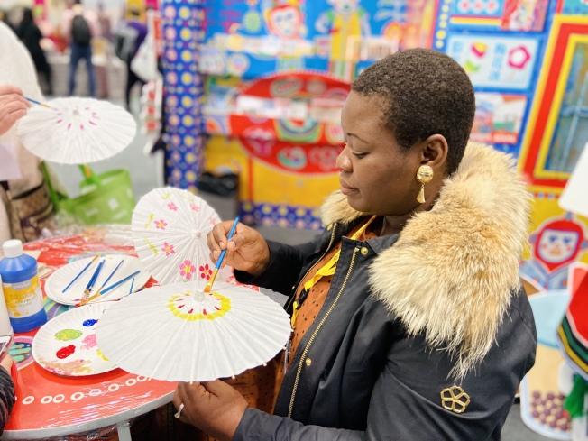 民眾嘗試手繪油紙傘。(記者鄭怡嫣/攝影)