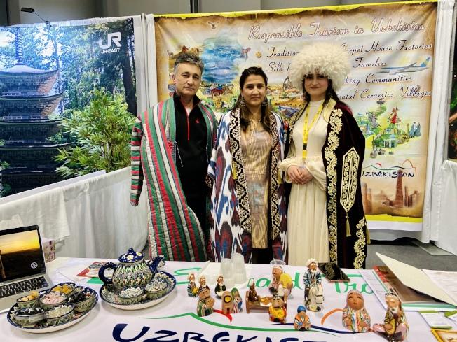 烏茲別克斯坦展位用香草茶招待參與者,介紹絲綢之路的旅遊項目。(記者鄭怡嫣/攝影)