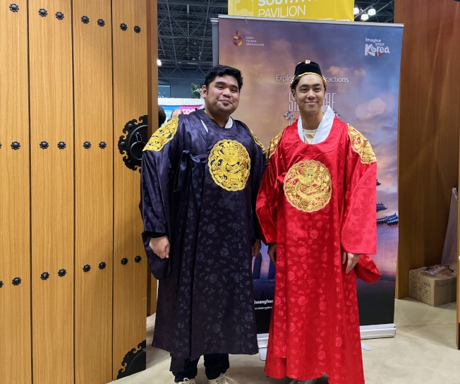 韓國展位提供韓服試穿。(記者鄭怡嫣/攝影)