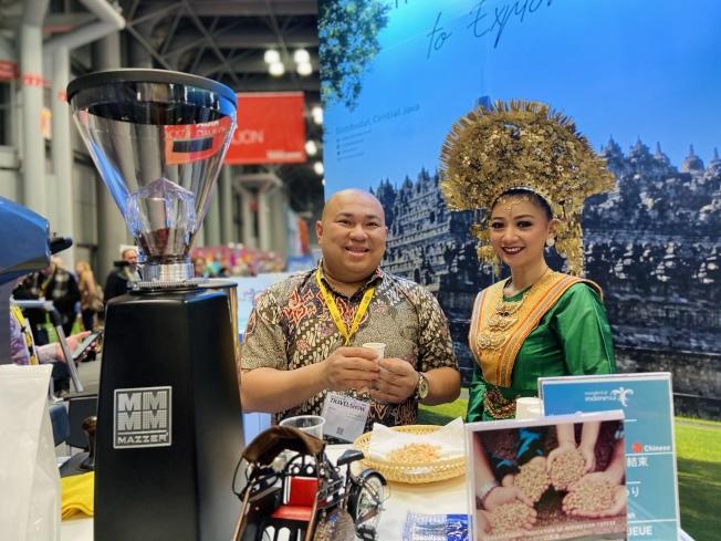 印度尼西亞展位可免費品嘗當地特色咖啡與甜點。(記者鄭怡嫣/攝影)