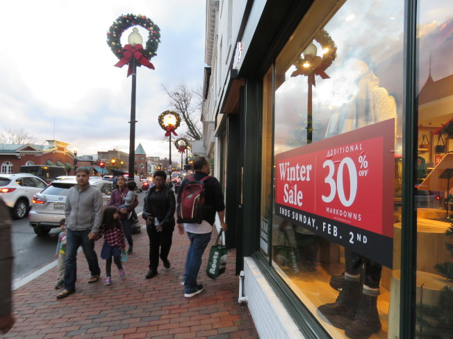 美國華府購物人潮。(華盛頓記者張加/攝影)