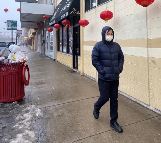 24日芝加哥60多歲婦女確認感染武漢肺炎,華埠已經有人開始戴著口罩上街。(特派員黃惠玲/攝影)