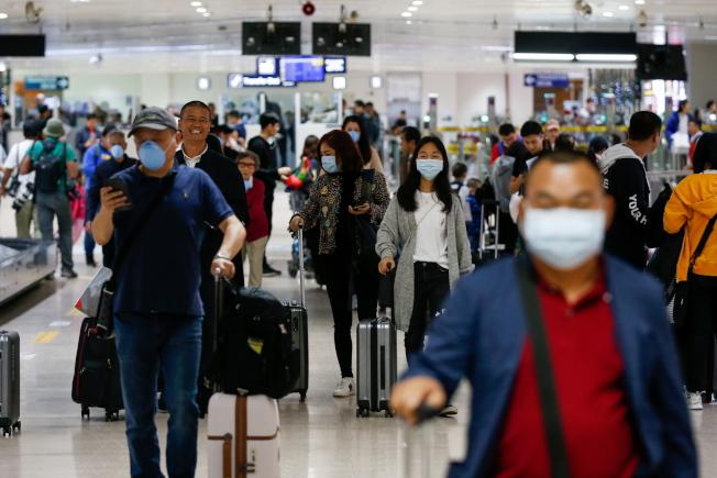 武漢肺炎向外擴散,各國加強防疫。圖為由中國飛抵菲律賓馬尼拉的旅客。(歐新社)