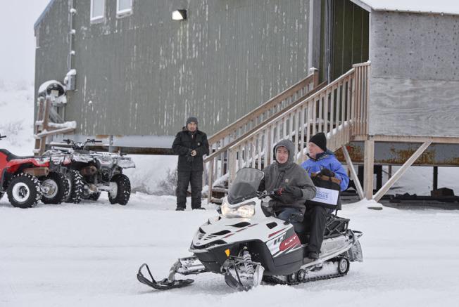 人口普查局長迪林翰乘坐雪地摩托車赴土克蘇克灣,展開2020人口普查。(人口普查局提供)