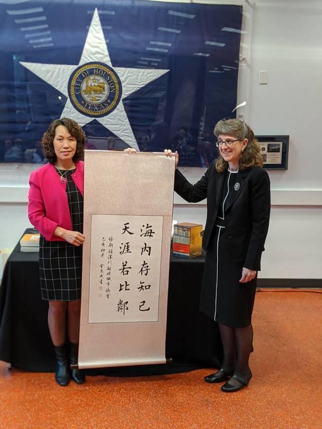 段文小燕代深圳姊妹會獻上書法給休士頓圖書館。(記者蕭永群/攝影)