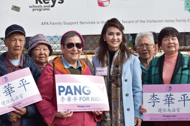 法官候選人李華平(右三)到訪谷與老人見面,得到社區領袖陳美玲(左三)的背書。(記者李秀蘭/攝影)