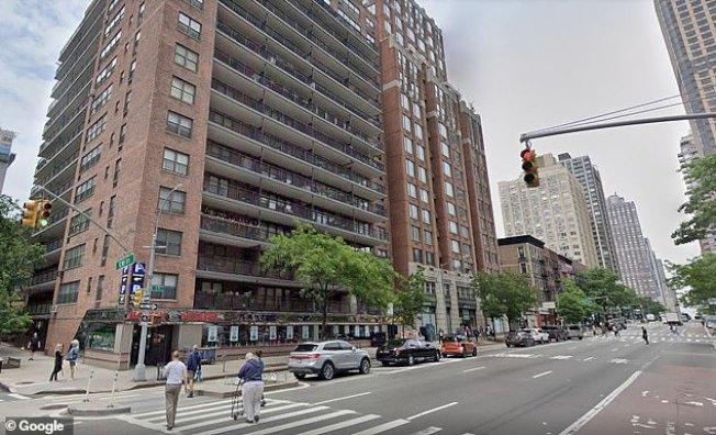 美國紐約一名76歲女子,意外從公寓7樓摔落,結果幸運摔在一堆裝了蔬果的箱子上面,命大逃過一劫。圖/谷歌地圖