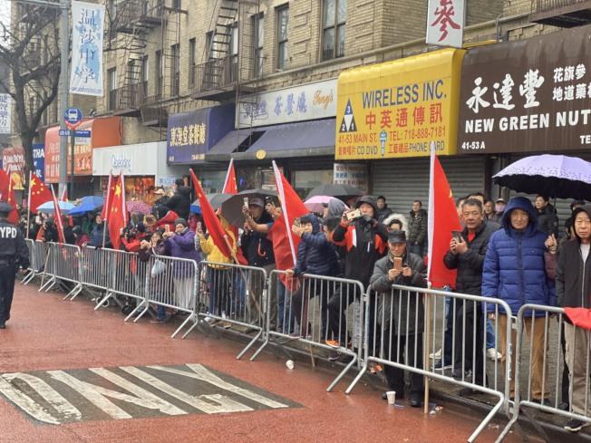 25日法拉盛遊行雖有降雨,但扔吸引大量民眾參與。(記者牟蘭/攝影)