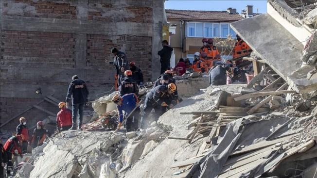 土耳其24日發生規模6.8強震,這起淺層強震已造成29人喪生、1466人受傷,據信仍有21人受困待援。(安納杜魯新聞社提供)