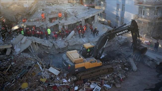土耳其24日發生規模6.8強震,土耳其災害與應變管理署25日深夜於震後約26小時指出,艾拉齊省已發生505次餘震。(安納杜魯新聞社提供)