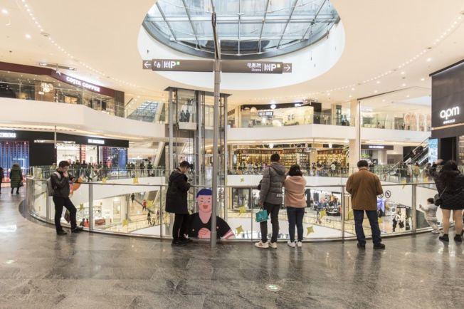 近期中國發布有關年輕一代消費報告指出,86.6%的年輕人都在使用信貸產品,僅13.4%的年輕人零負債。圖為重慶一處購物中心。(取材自彭博)