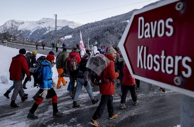 每年世界經濟論壇在瑞士小鎮達沃斯舉行期間,許多企業租下當地商店做宣傳之用,影響民生便利,許多商店現在開始婉拒這種商機。(美聯社)