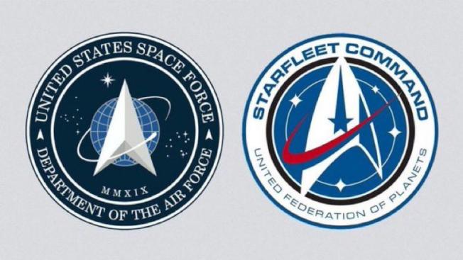 川普總統公布美國太空軍種的標誌(左)後,網路上隨即出現和科幻影集「星艦迷航記」太空艦隊標誌(右)的對比。(取材自推特)