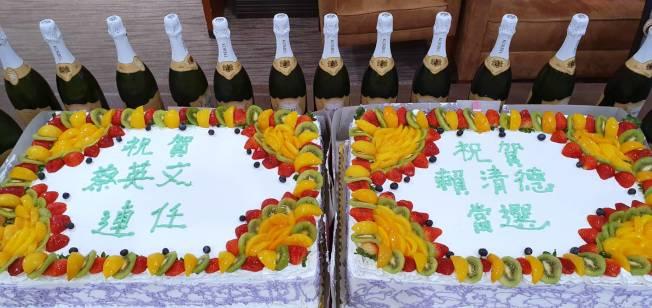 橙僑中心主任蔣翼鵬致贈兩個特大號蛋糕與鄉親共同慶賀。(橙僑中心提供)