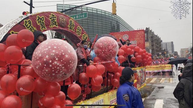 新世界商城採用紅色氣球裝飾花車。(記者牟蘭/攝影)