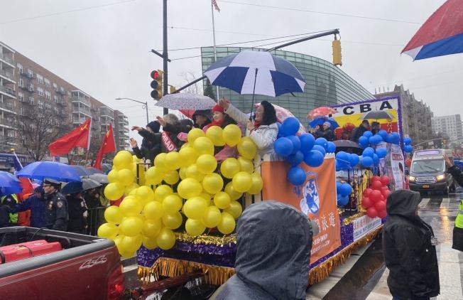 法拉盛華商會選用黃色與藍色裝飾花車,並在遊行隊伍中打頭陣。(記者牟蘭/攝影)