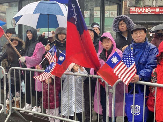 民眾高舉五星紅旗與青天白日旗歡迎遊行隊伍。(記者牟蘭/攝影)