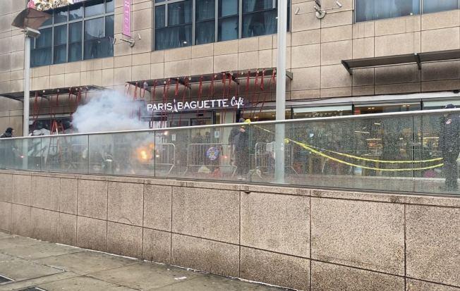法拉盛華商會燃放10萬發炮竹,慶祝佳節。(記者牟蘭/攝影)