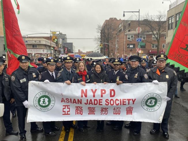 亞裔警務協會25日參與法拉盛2020年農曆新年遊行;左二起為市警督查吳銘恆、陳文業、皇后區地區檢察官凱茲(Melinda Katz)與代理區長李珍宰(Sharon Lee)等。(記者牟蘭/攝影)