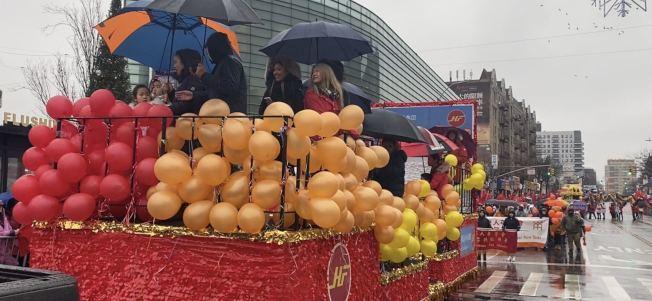 花車用不同顏色的氣球裝扮。(記者牟蘭/攝影)
