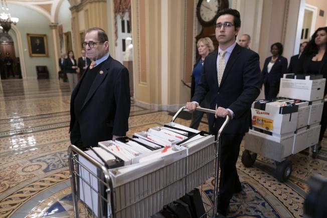 眾院司法委員會主席納德勒(左)也是彈劾經理之一,他的助理推著整車文件陪他走進參院。(美聯社)