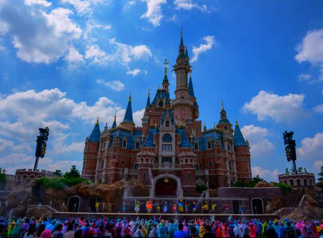 上海迪士尼24日宣布,為配合防疫工作,於25日起關閉,直至另行通知 。(取材自微博)
