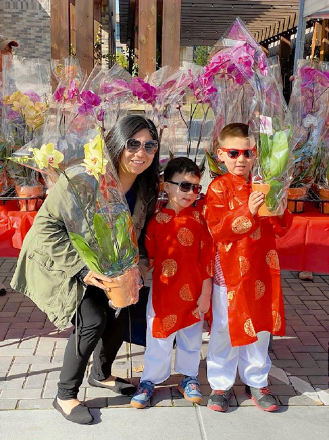 年節展春節花市區展出台糖蘭花,不少民眾開心與蘭花合影。(記者林亞歆/攝影)