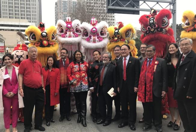 市長布里德、眾民選官員及公職候選人熱烈參加華埠的農曆新年慶會。(記者李秀蘭/攝影)
