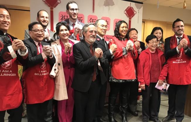 由華埠救世軍及實物家李兆祥(右四)合辦的年初一送餐活動,得到市長布里德意(右五)及各民選官員的支持。(記者李秀蘭/攝影)