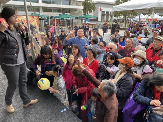 世界日報舉辦南灣金鼠迎春拜大年年節展,熱鬧滾滾。(記者李榮/攝影)