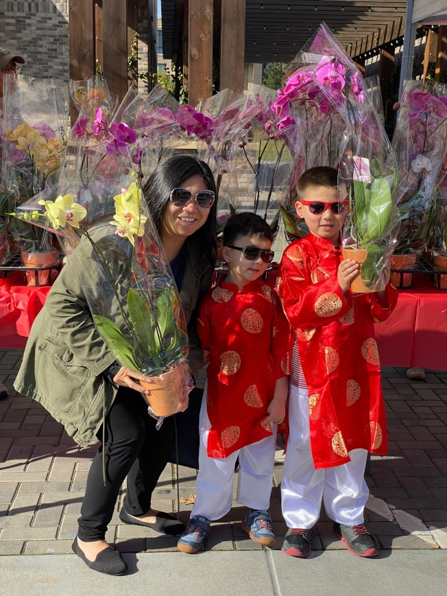 年節展春節花市區也展出台糖蘭花,不少民眾開心與蘭花合影。(記者林亞歆/攝影)