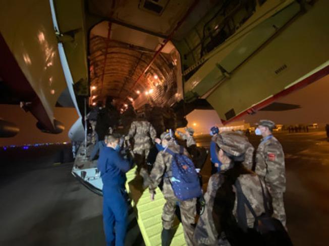 解放軍陸軍軍醫大學醫療隊在重慶江北國際機場登機前往武漢。(新華社)
