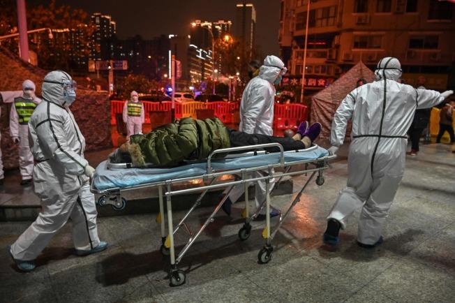 武漢紅十字會醫院人員全副防護裝備,救治新型冠狀病毒肺炎患者。(Getty images)