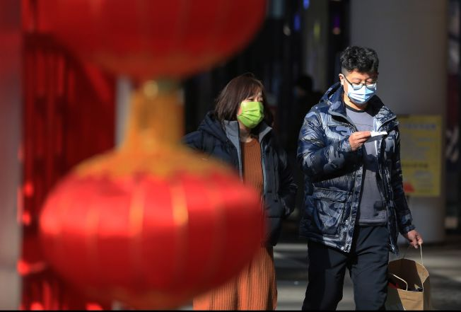 中國遼寧瀋陽的街頭,許多民眾戴著口罩出行。(Getty Images)