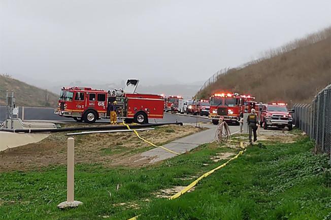 加州卡拉巴薩斯地區發生直升機墜機事件。圖為消防局趕往現場救援。(洛縣警局提供)