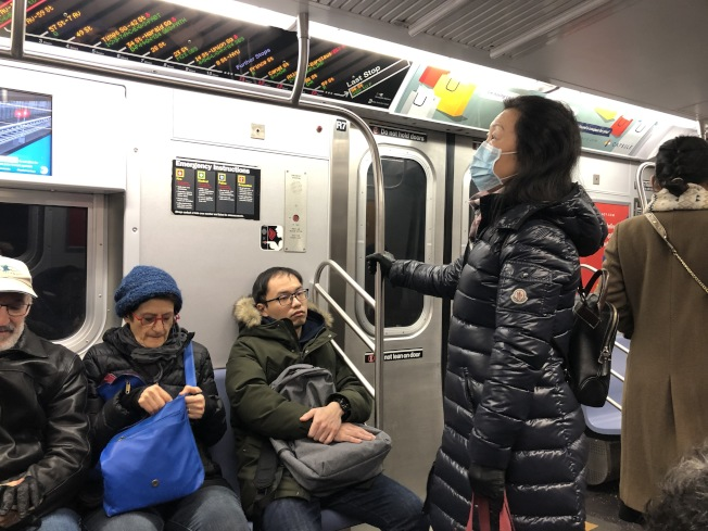 紐約州新增三例疑似武漢肺炎,民眾戴口罩自保。(記者顏嘉瑩/攝影)