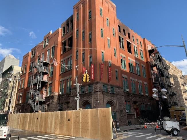 市消防局仍在對火災原因進行調查,大樓門前的茂比利街路段仍封路。(記者和釗宇/攝影)