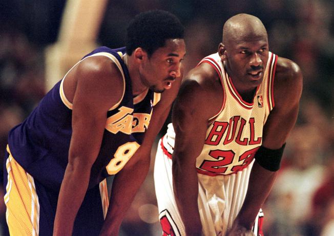 NBA兩大傳奇球星喬丹(右)與年輕的柯比(左),1997年12月在芝加哥賽事中罰球較技。(Getty Images)
